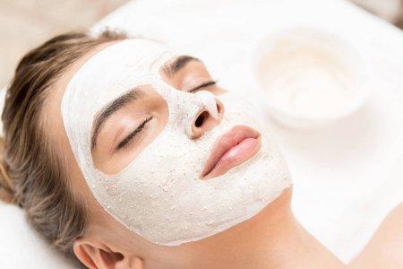 Face mask moisturizes dry skin